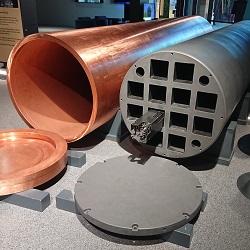 Finnischer Endlagerbehälter mit Kupfer-Ummantelung, Foto: Teemu Väisänen [CC BY-SA 4.0 (https://creativecommons.org/licenses/by-sa/4.0)]