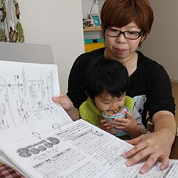 Ayotos Mutter sammelt alle Unterlagen über Untersuchungen und Strahlenbelastung ihres Sohnes, Foto: Ian Thomas Ash