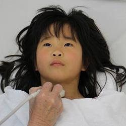 Japanisches Mädchen beim Schilddrüsenscreening, Foto: Ian Thomas Ash